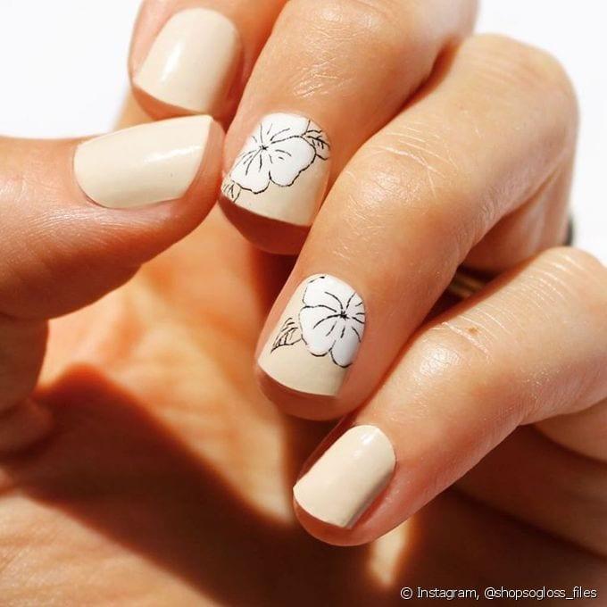 Decoração de unhas nudes com flores