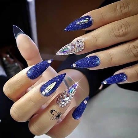 decoração de unhas artísticas stiletto azul com pedras