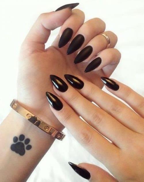 unha stiletto preta